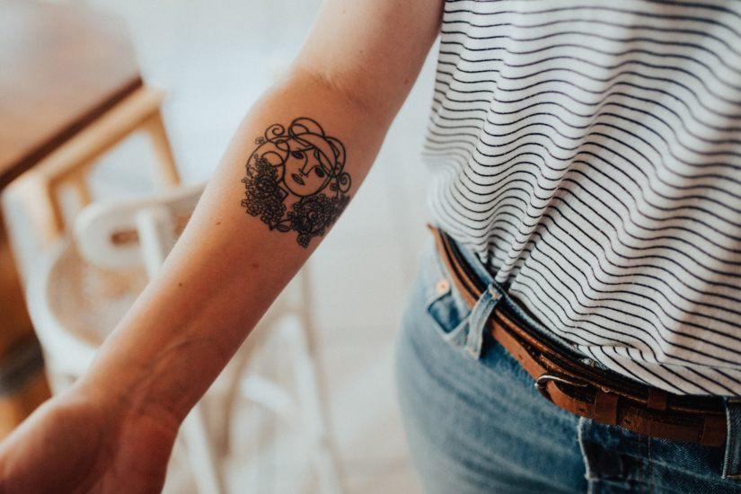 ¿Se puede donar óvulos con tatuajes?