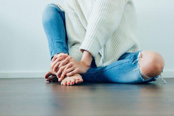 Chica jóven sentada en el suelo