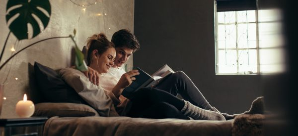 pareja leyendo un libro sobre sexualidad